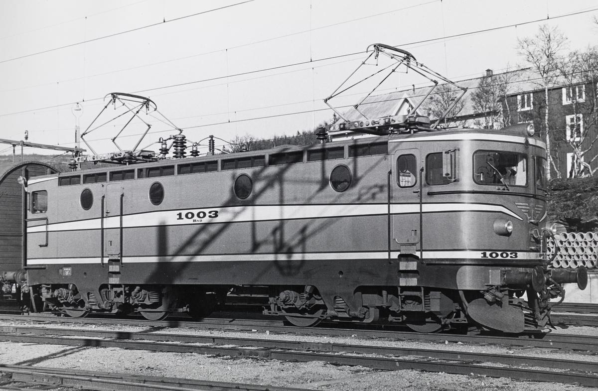 Statens Järnvagars elektriske lokomotiv type Rb2 nr. 1003 i Östersund. Dette var et en prototype, levert i 1962, som de senere svært tallrike Rc-lokomotivene bygget på.