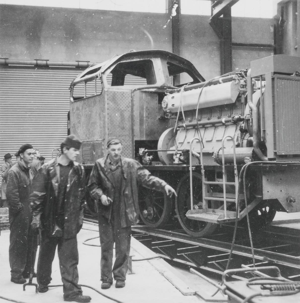 Diesellokomotiv for skiftetjeneste type Di 2 nr. 804 eller 805 under bygging på Thunes Mekaniske Verksted i Oslo.