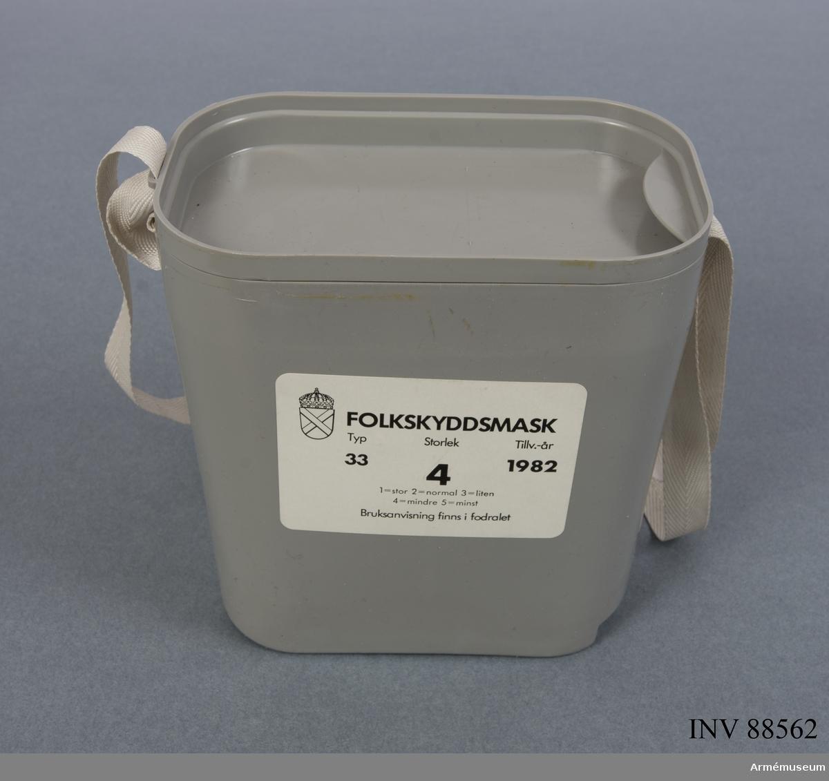 Folkskyddsmask med tillhörande fodral. Filter tillverkat av FIAB.