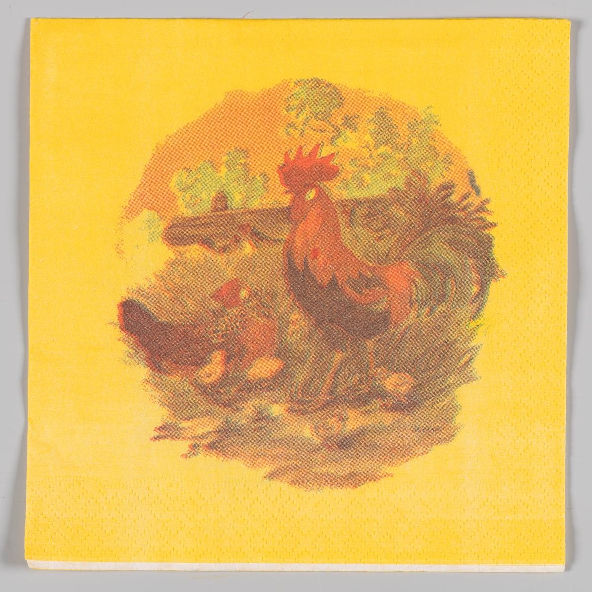 En hane og en høne med kyllinger i et landskap med en tømmerstokk og treer i bakgrunnen.
