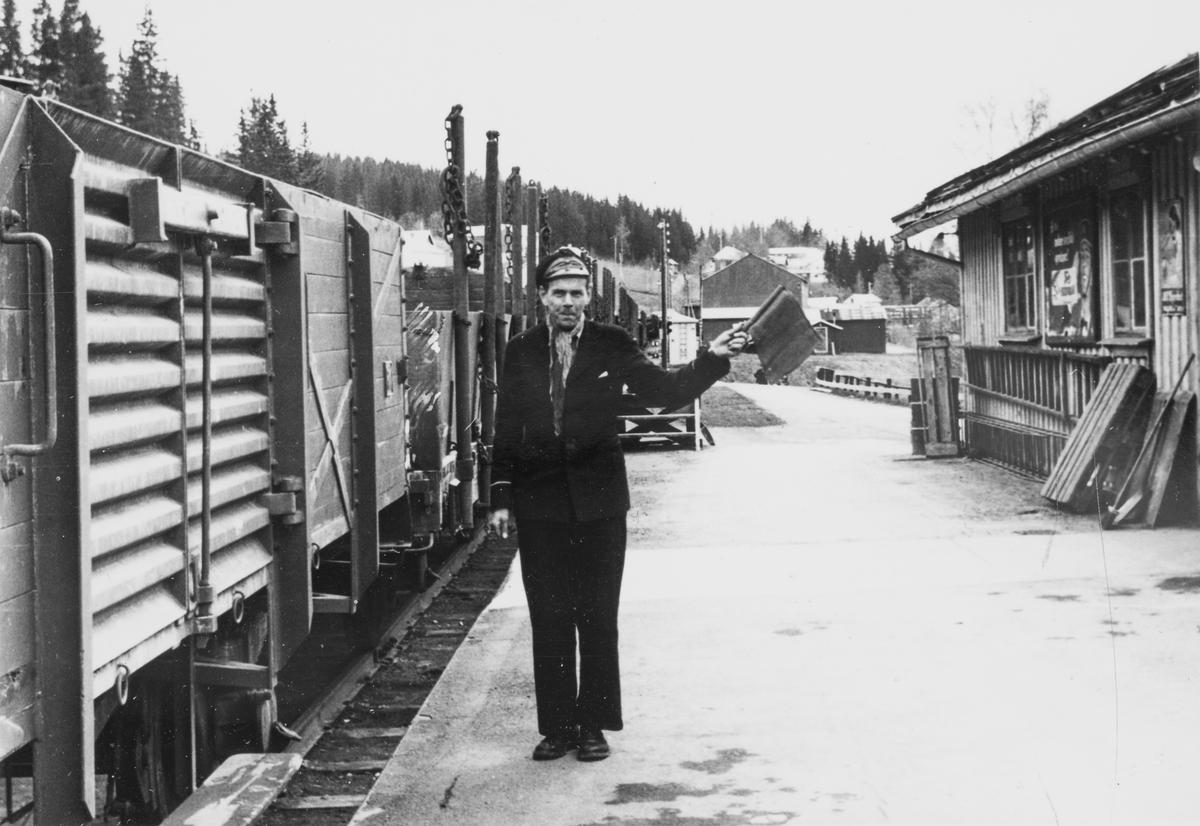 Konduktør Johnny Stenberg gir signal til lokomotivføreren på Meråker stasjon.