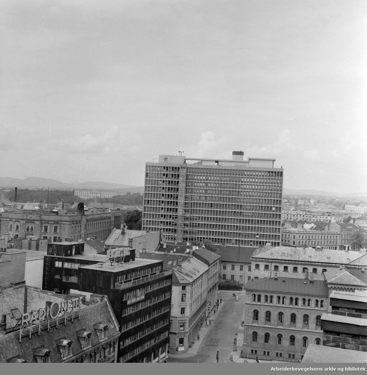 Regjeringsbygningen under bygging. Januar 1958