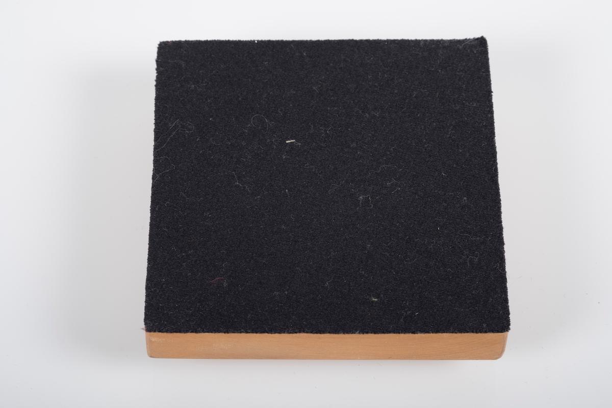 Fot til trekors, på undersiden svart ull fra en gammel gardistuniform.