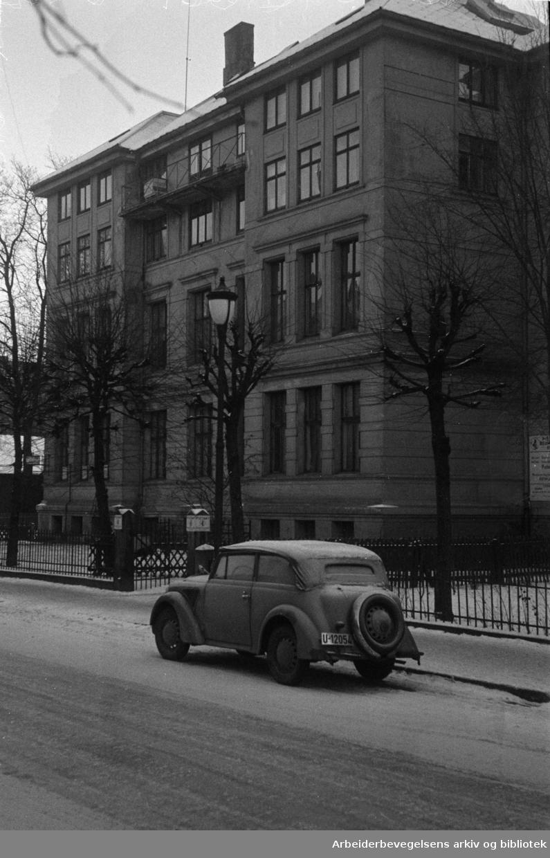 Oscarsgate, (Santas institutt for kroppskultur, der Furubotns tilhengere holdt landsmøte). Desember 1949.