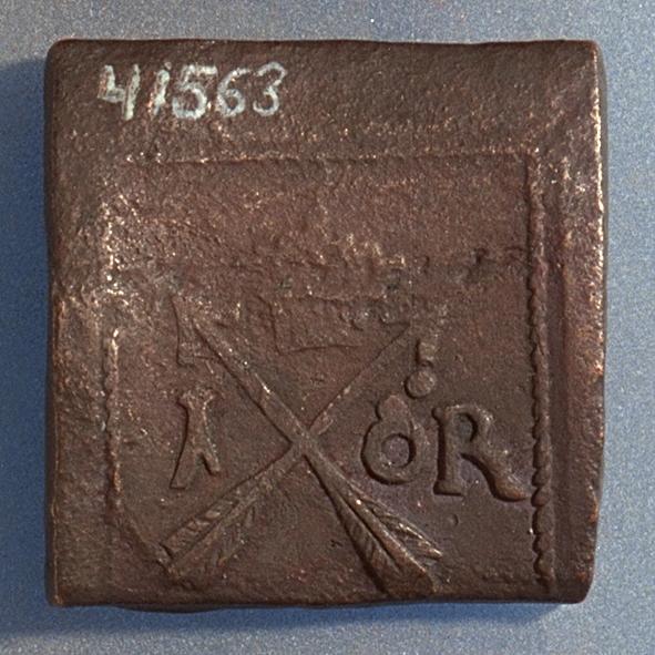1 öre Fyrkantigt mynt. Åtsidan: tre kronor placerade i V-form, svagt och delvis synliga. Versalerna G A R svagt och delvis synliga och placerade i upp och nedvänd V-form med G till vänster, A ovanför och R till höger om kronorna. Det fyrsiffriga präglingsåret - längst ner på myntet - är 1626. Ocentrerad prägling. Ram delvis synlig. Frånsidan: två korsade pilar under en krona, svagt och delvis synliga. Till vänster höger om pilarna siffran 1, till höger versalerna ÖR, svagt  synliga. Ocentrerad prägling. Ram delvis synlig. Nuvarande skick: bägge sidor slitna.  åtsidan sliten  frånsidan sliten.   jack  valsklump   korroderat   krackelerat Vikt: 26,0 gram.
