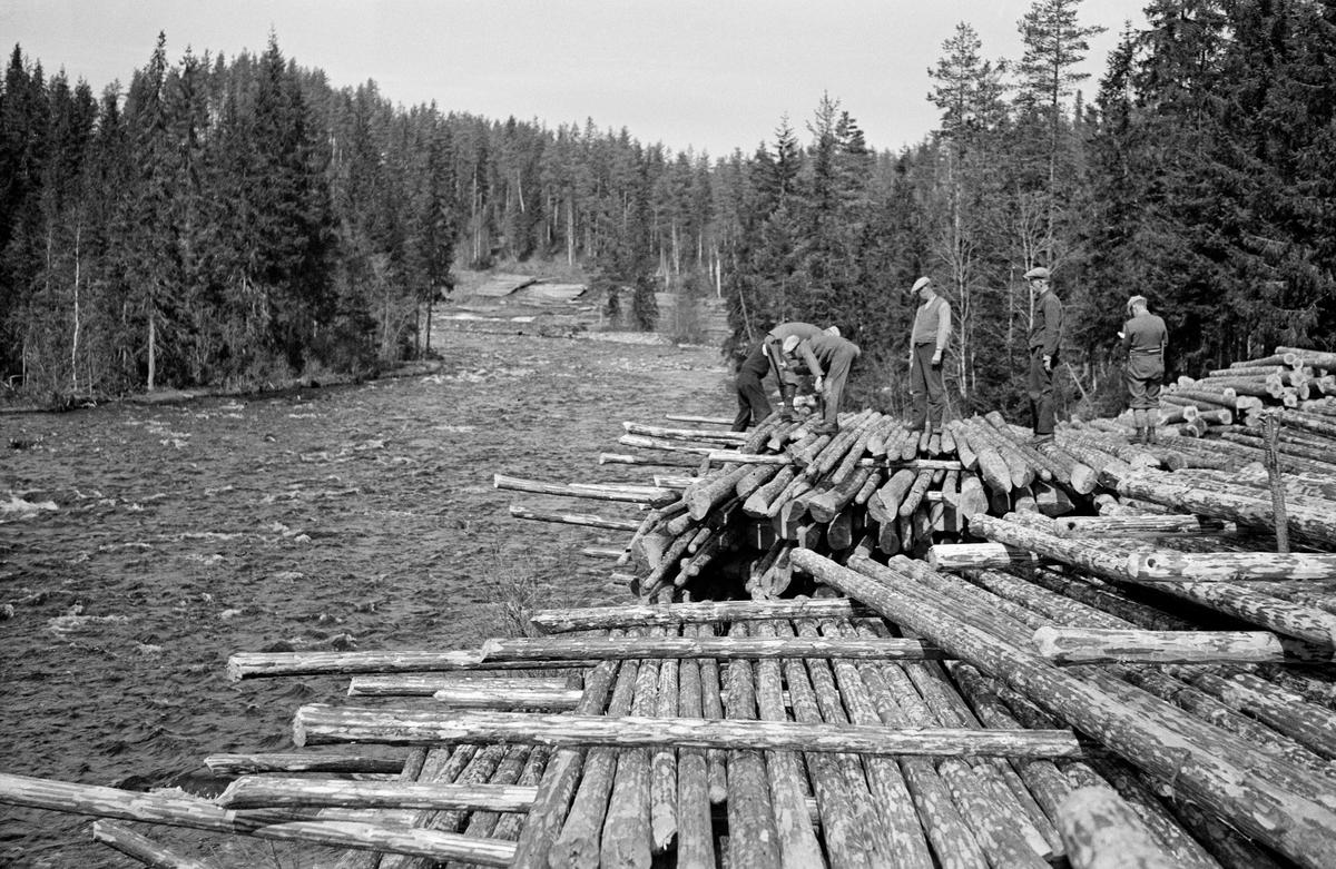 Utislag av barket tømmer fra strøvelter ved elva Vala i Norderhov på Ringerike i 1933.  Tømmeret er lagt ved elvebredden.  Størstedelen av stokkene lå parallelt med strømretningen, men med tre «strøstokker» på tvers mellom hver flo.  På denne måten sikret man god lufting, tømmeret fikk en forsiktig tørk, noe som førte til at det fløt bra når det seinere skulle slås på vassdraget for fløting.  Denne tilliggingsmåten gjorde det også forholdsvis enkelt å foreta sjølve utislaget, stokkene kunne rett og slett bare rulles ut i elva.  Men tillegginga var naturligvis langt mer arbeidskrevende enn det ville vært å velte stokkene utfor elveskråningene, der de i beste fall ble liggende som ei lunnevelte (parallelt uten strøstokker), slik det her later til å være gjort i elvesvingen ovenfor.  Strøveltene var også forholdsvis plasskrevende, men det var absolutt denne tilleggingsmåten fløterne og tømmerkjøperne foretrakk.