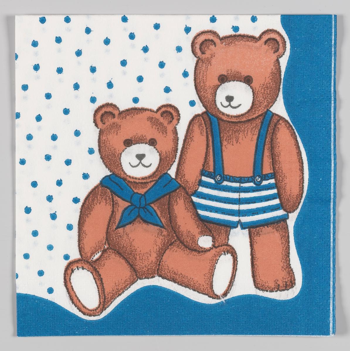En sittende teddybjørn med halsklede og en stående teddybjørn med stripete korte bukser med seler.