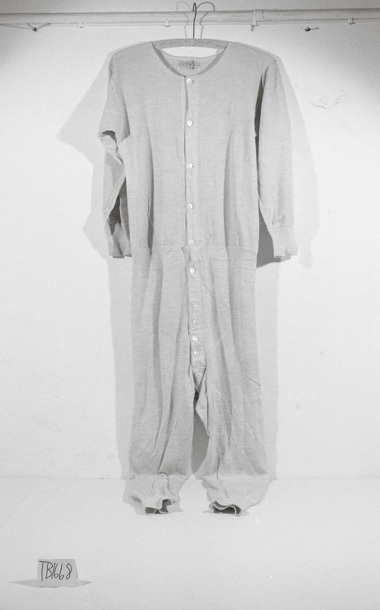 Hel dress i ull med knapping foran.
