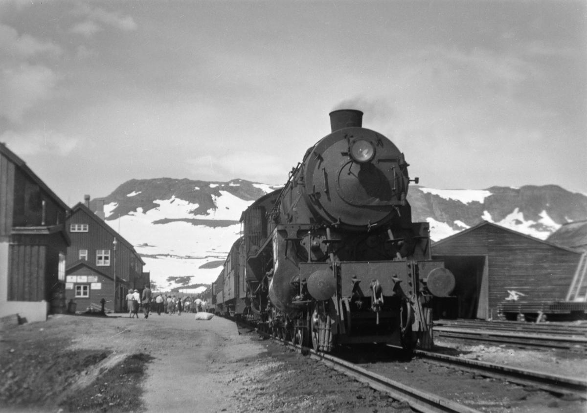 Dagtoget fra Bergen til Oslo Ø, tog 602, på Finse stasjon. Toget trekkes av damplokomotiv type 31b nr. 428.