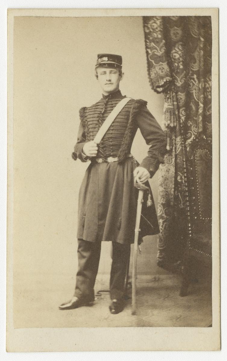 Porträtt av Georg Fredrik Salomon Ehrenborg, underlöjtnant vid Skånska dragonregementet K 6. Se även bild AMA.0021699 och AMA.0021974.