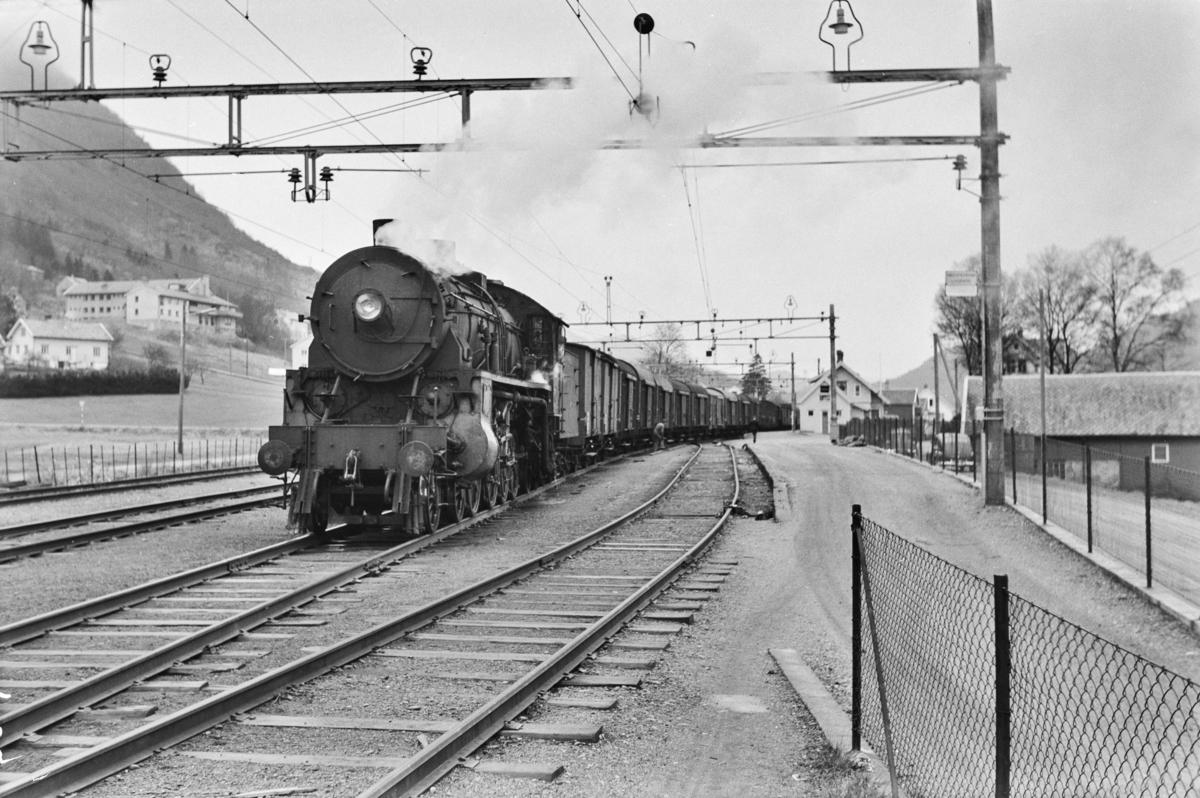 Godstog retning Oslo, tog 5516, på Arna stasjon. Toget trekkes av damplokomotiv type 31b nr. 426.