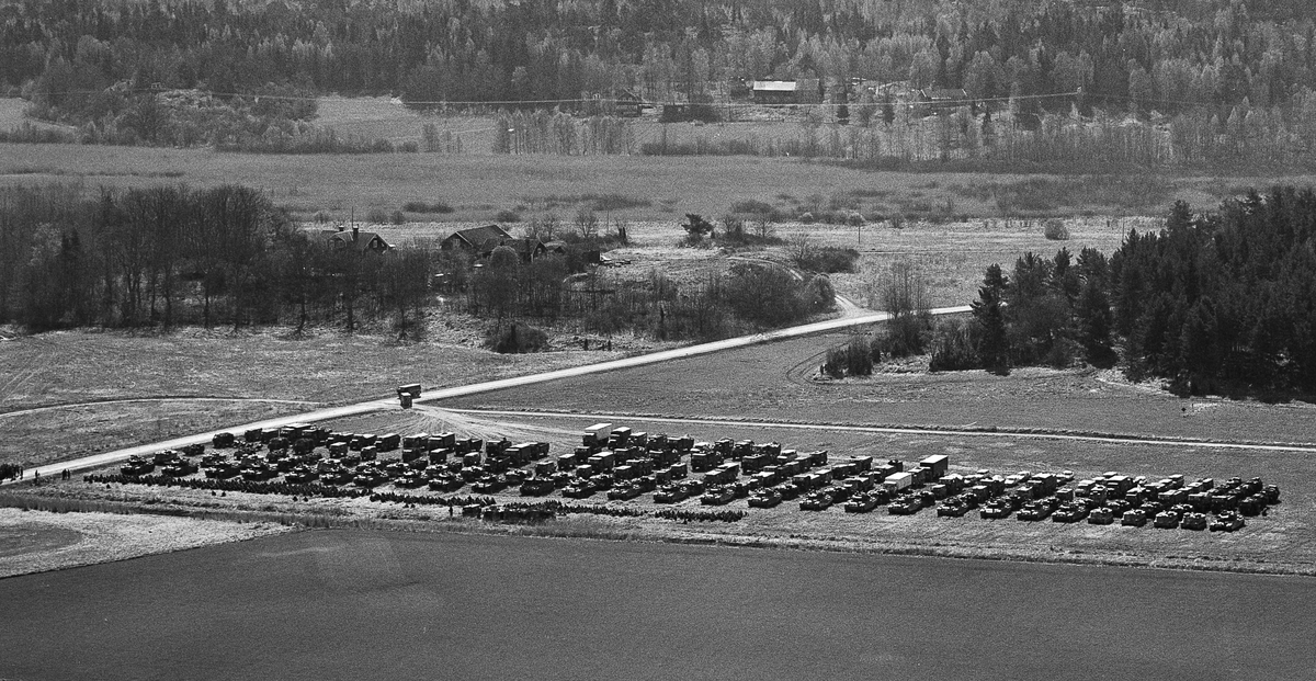 Pansarbataljonen uppställd för genomgång mellan Lagnögaragen och Viksberg.