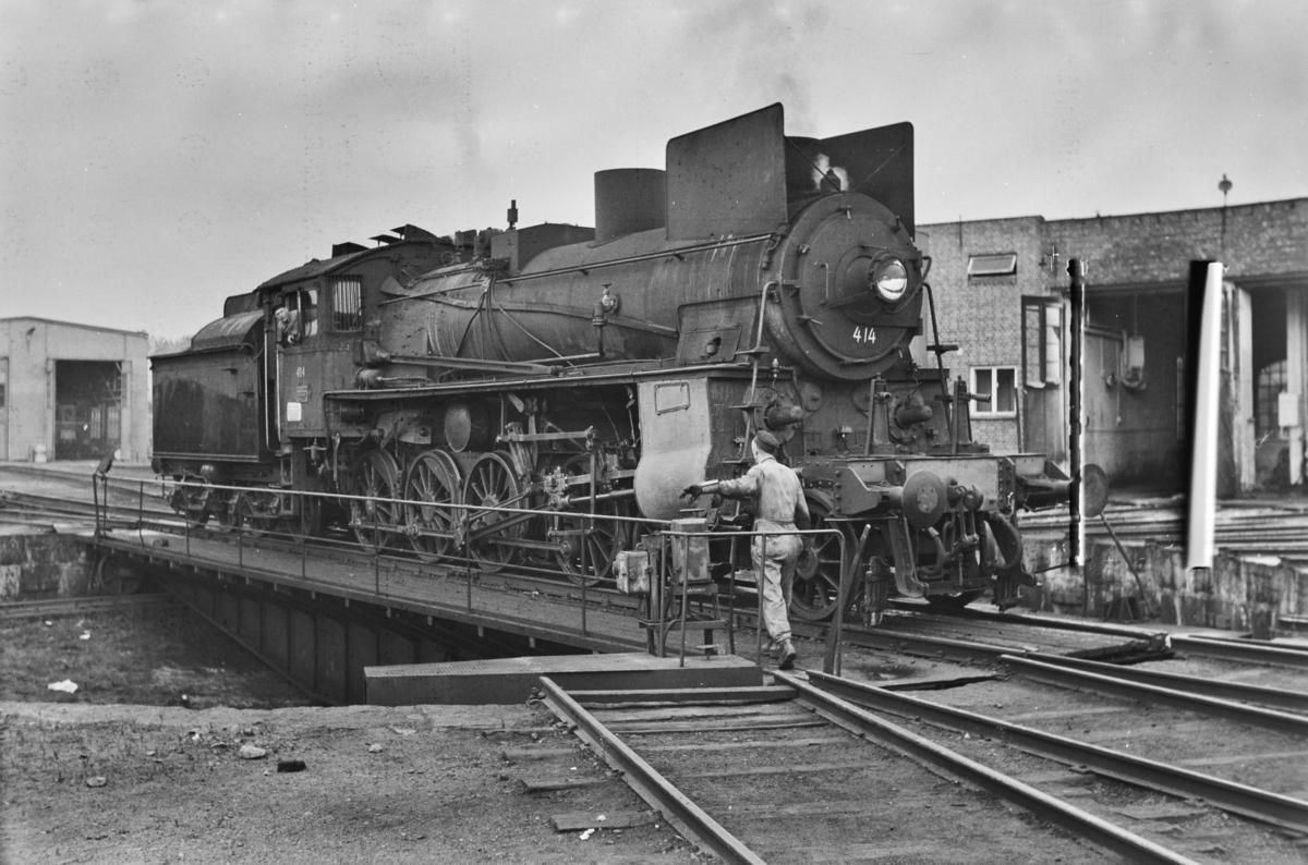 Damplokomotiv type 26c nr. 414 på svingskiven ved lokomotivstallen på Hamar stasjon.