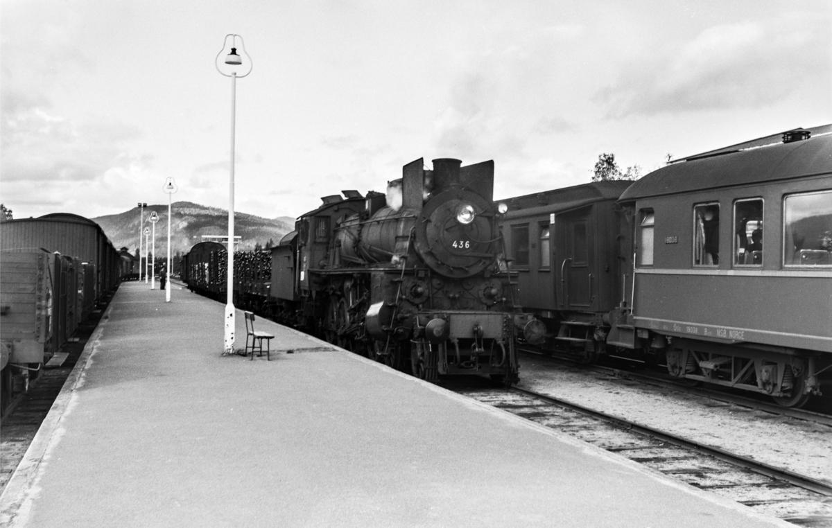 Kryssing på Koppang stasjon mellom godstog 5292 retning Hamar og dagtoget fra Oslo Ø til Trondheim over Røros, tog 301. Godstoget trekkes av damplokomotiv type 26c nr. 436.
