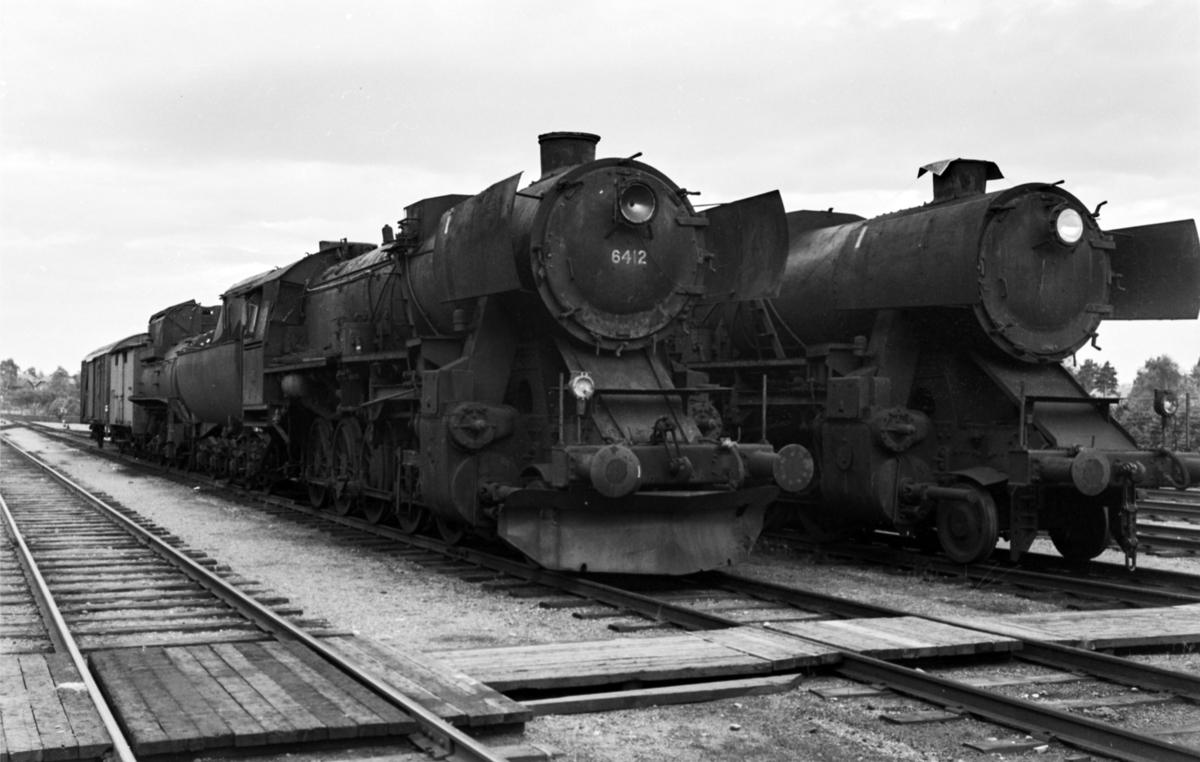 Hensatt damplokomotiv type 63a nr. 6412 på Marienborg. Til høyre type 63a nr. 5842.