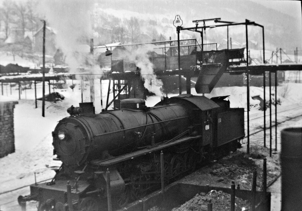 Damplokomotiv type 31a nr. 319 på svingskiven på Voss stasjon.
