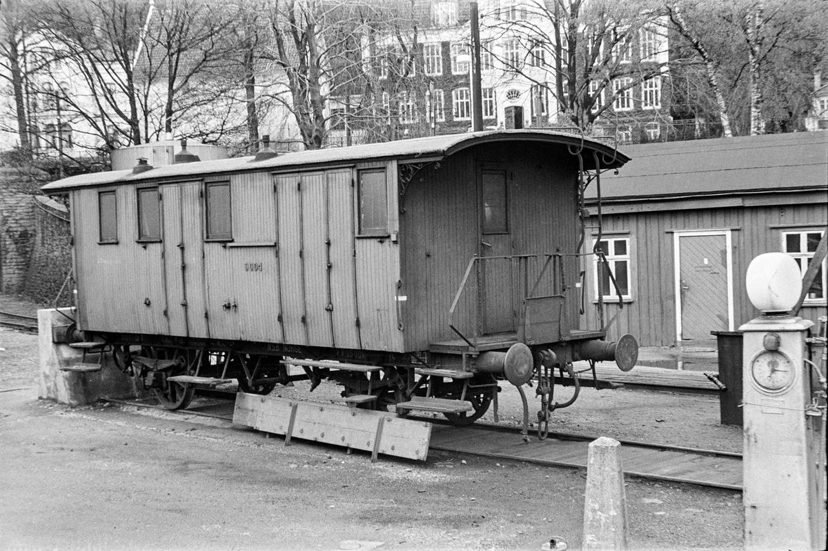 Konduktørvogn litra F type 6 nr. 9004 på Bergen stasjon.
