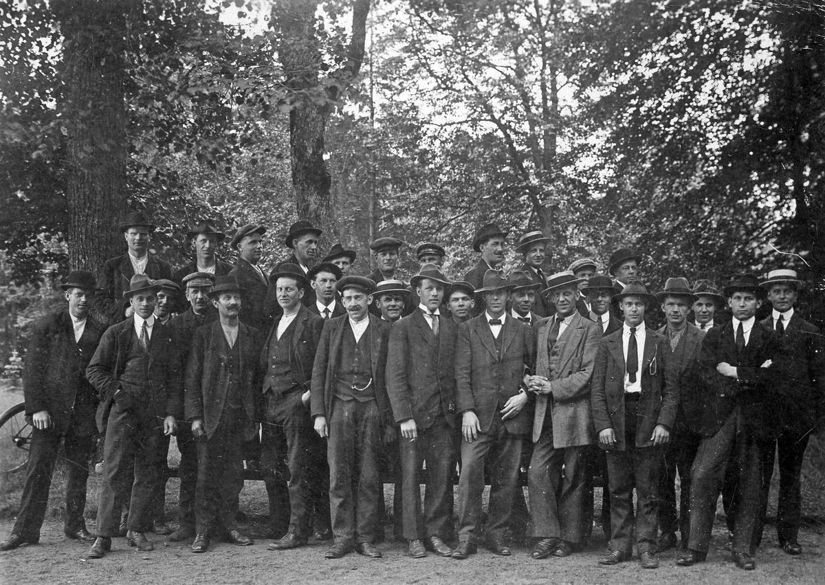 Strejkande metallarbetare 1917.  Bruntonat vykortspapper, 10 x 15.  Kopian gjord av Fritz Åséns mor.