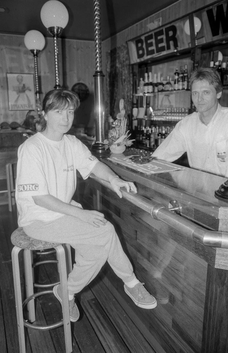 Jeppes Pub og Pizza i Vestby i engelsk stil med barkrakker og trepanel. Hege Ystmark sørger for pizza og pubvert Frank Pedersen for det skummende ølet.