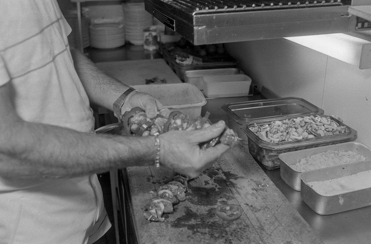 Kokken Paco Francisco Serrano på La Casita i Ski, en spansk restaurant, lager grillspyd.