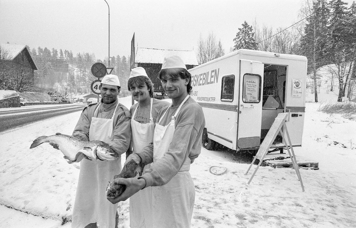 Fiskebilen i Oppegård. Tre menn står utenfor fiskebilen med laks eller ørret. Selger Atle Memo og innehaverne Tom Hille og Rino Memo.