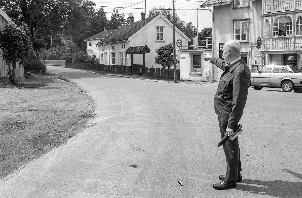 Kulturminneregistrering av gamle hus i Hølen. Poståpner Helge Holter kan mye om Hølens historie.