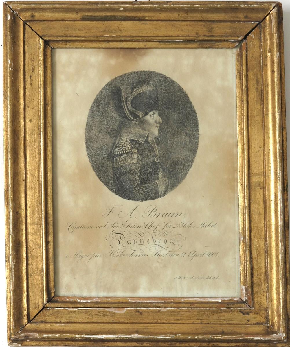 Halvfigur profil høyre, i uniformskjole knappet med en knapp. Lang hårpisk, tosnutet hatt med brede bånd ved kantene.  Høyre hånd stukket  inn på brystet under kjolen.