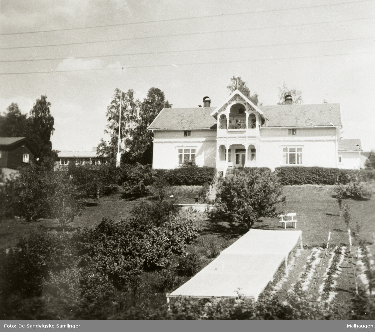 """Repro: """"Løkka"""", hus i sveitserstil, familien Hallas hus i Bjørnstjerne Bjørnsons gate 22, hage, springvann?, sett fra vest"""