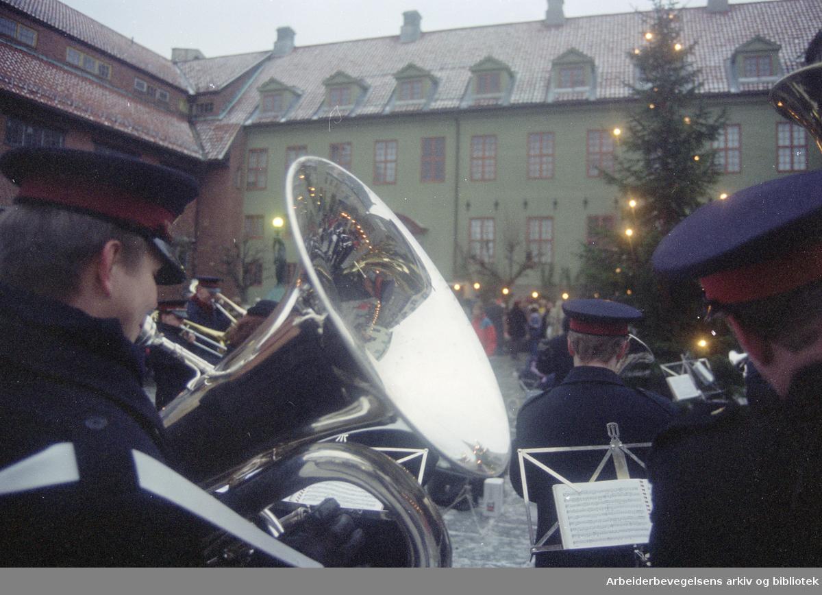 Bygdøy Folkemuseum. Frelsesarmeen spiller julesanger. 3. desember 1995