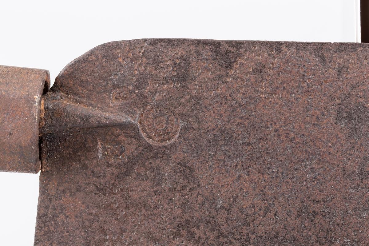 Snekkersag med håndtak formet som pistolskjefte. Merket 1754. Håndsmidd. Hollendersag.