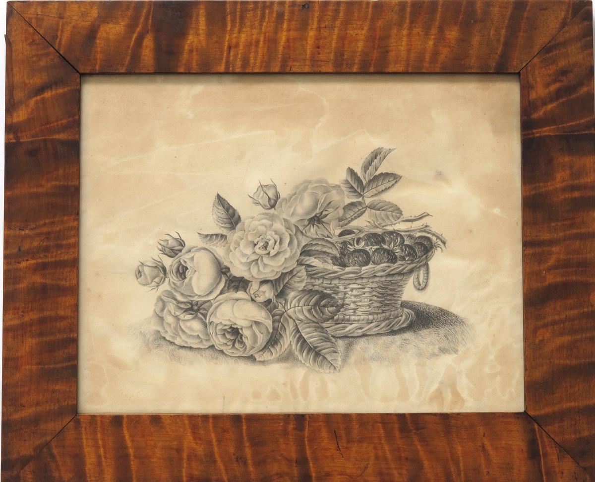 Flettet kurv med jordbær, over og foran den er det tegnet inn en blomstrende rosenkvist.
