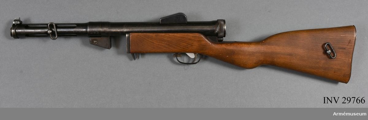 Grupp E IV c. Samhörande kulsprutepistol m/1937-39, rem, 4 magasin, magasinsfyllare, läsksnöre, borstviskare, oljedosa, hylsfångare.