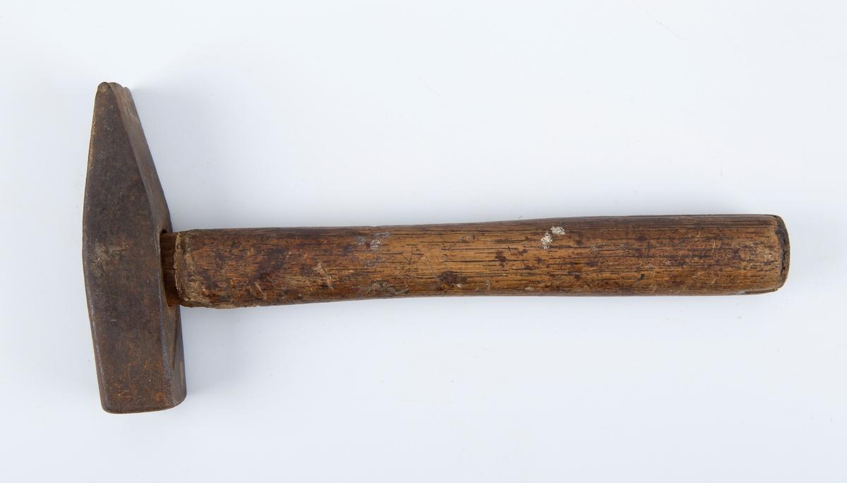 Hammer med jernhode på treskaft. Klinkehammer?