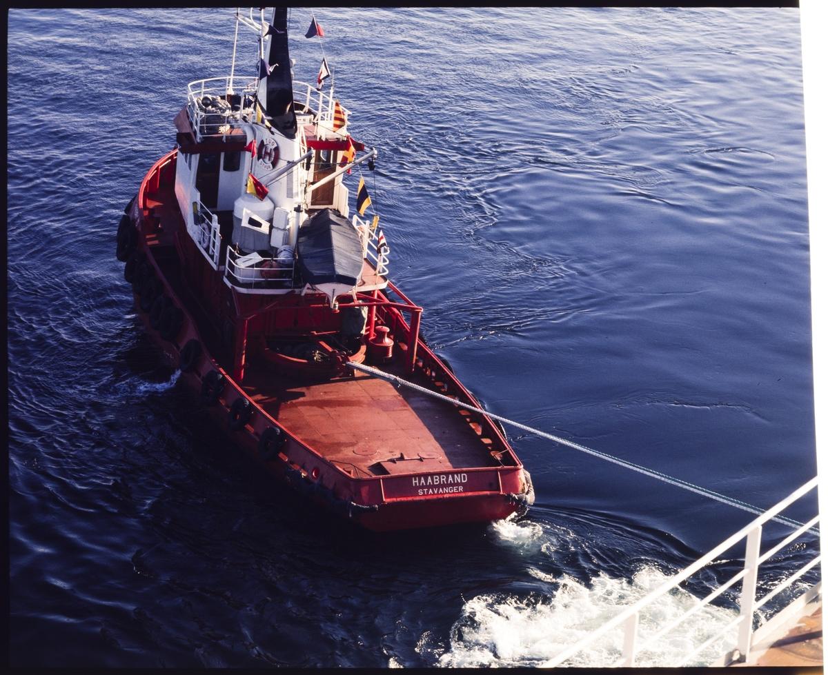 """Buksèrbåten """"Haabrand"""" sleper en annet fartøy."""