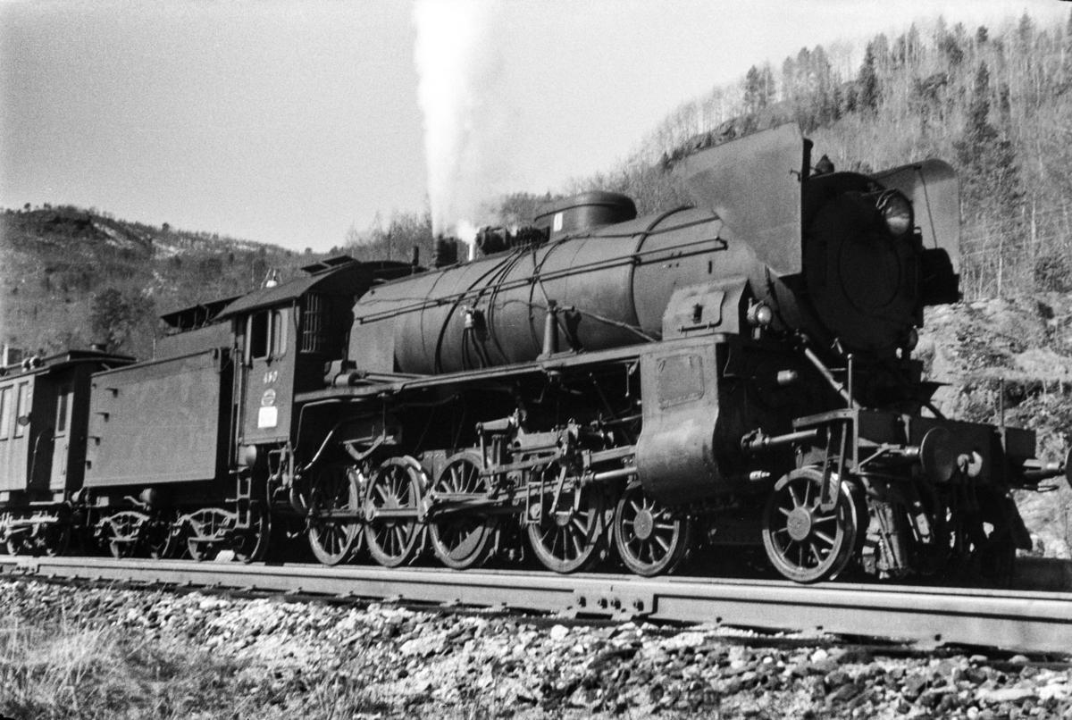Damplokomotiv type 31b nr. 430 med ekstratog retning Ål. tog 7688, i anledning hjemreisen 2. påskedag.