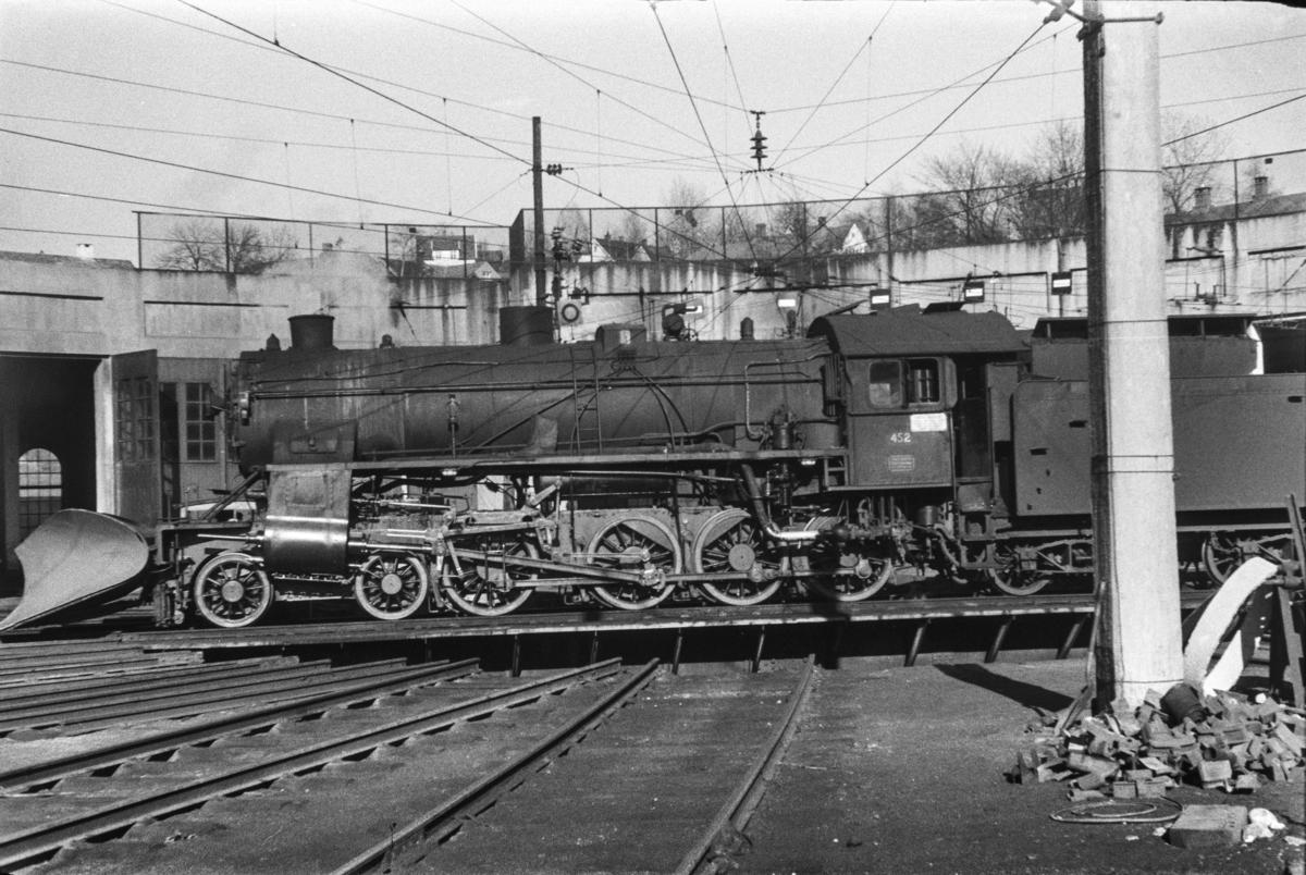 Damplokomotiv type 31b nr. 452 på svingskiven på Voss stasjon.