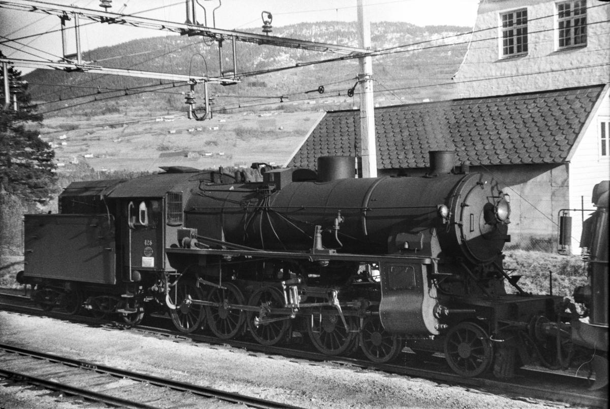 Damplokomotiv type 31b nr. 428 på Voss stasjon.