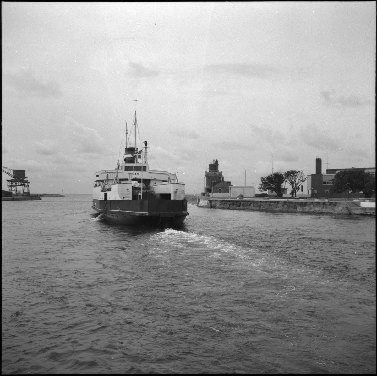 Helsingborg. Utsikt från Kärnan, Busstorget. Fartyget Dan lägger ut från hamn. S/S Dan ägdes av DSB (Danske Statsbaner) och trafikerade Helsinborg - Öresund från 1935 till 1973. I och med invigningen av Öresundsbron år 2000 upphörde tågfärjetrafiken, då tågen därefter endast färdades över bron