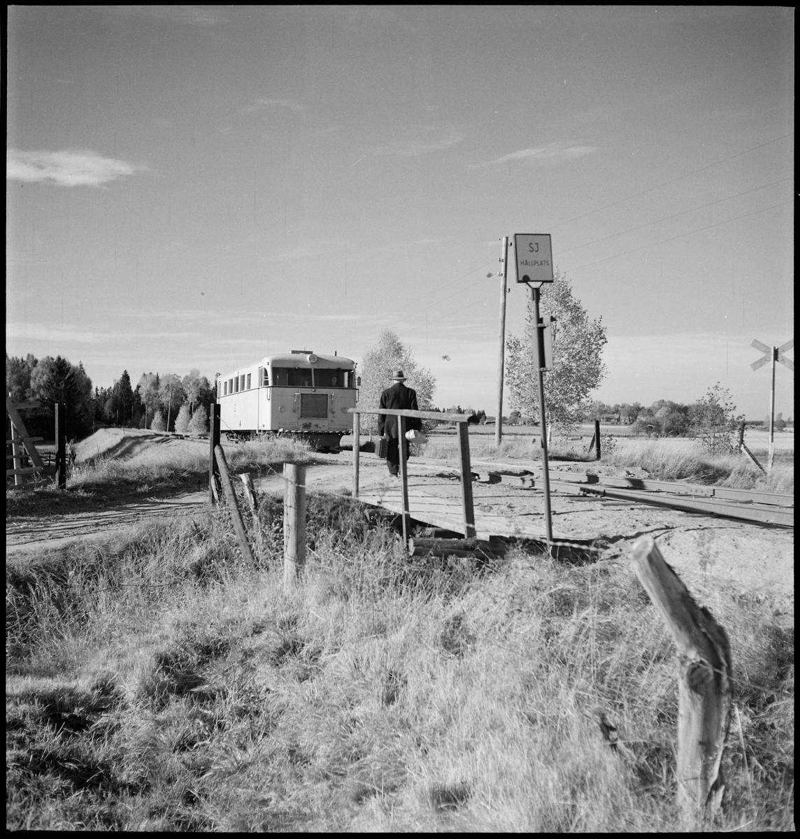 Rälsbuss tillhörande Statens Järnvägar, SJ YDo1 422, vid hållplats på linjen mellan Mjölby och Hästholmen.