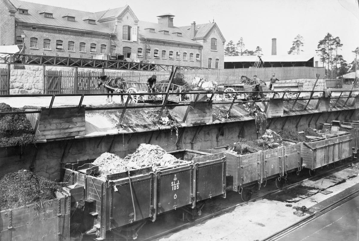 SLJ godsvagn 105, SLJ godsvagn 10, SLJ godsvagn 81.  Östra renhållningsstationen (vid Ruddammsvägen), Spånga - Lövsta Järnväg
