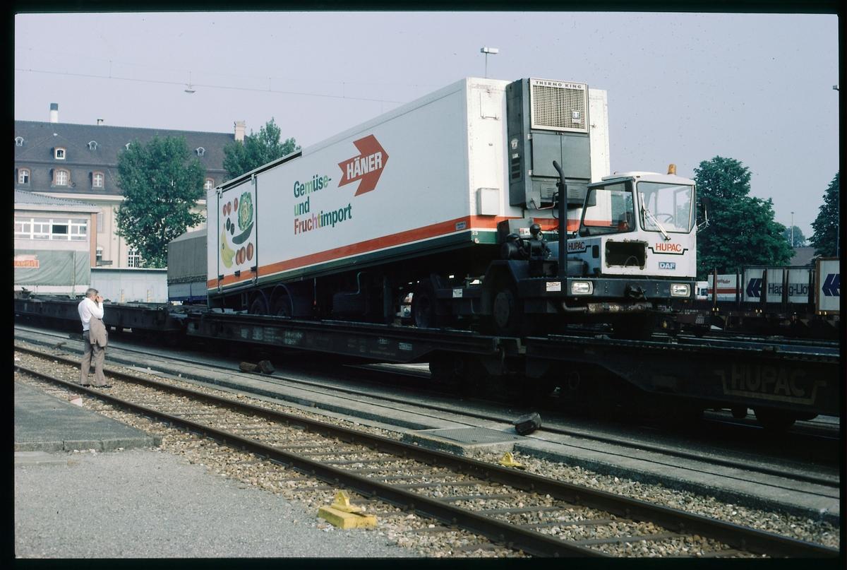Lastbil med släp lastad på schweizisk godsvagn. SBB CFF FFS Sffgss 33-85-491 1 540-4. Schweiz Schweizerische Bundesbahnen.
