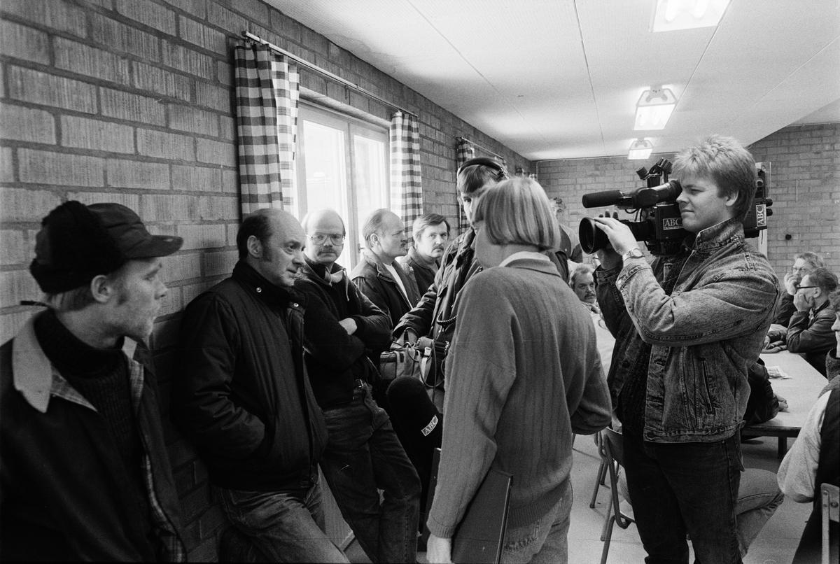 Strejkmöte mellan fackets ombudsmän och gruvarbetare i f. d. matsalen i gruvstugan, Dannmeora Gruvor AB, Dannemora, Uppland september 1988