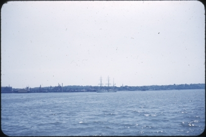 Skoleskipet STATSRAAD LEHMKUHL på tur til USA i 1952. Muligens ved Hudson river, New York.