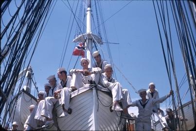 Kadetter sitter i livbåt ombord på skoleskipet STATSRAAD LEHMKUHL.