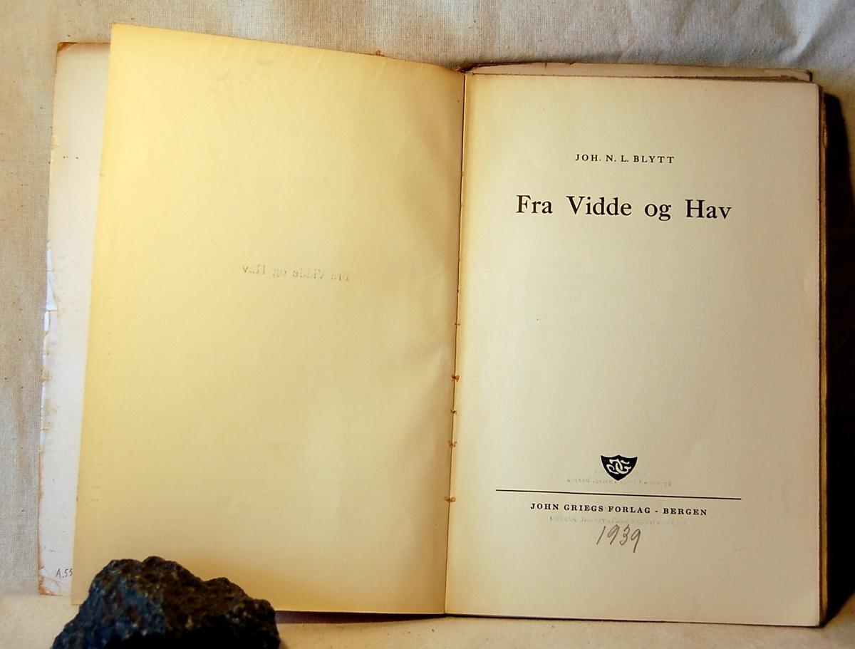 Filosofen Peter Wessel Zapffe og hans kone Berit testamenterte sin eiendom på Båstad i Asker til Universitetet i Oslo. Da det ble besluttet å selge eiendommen i 2009 ble deler av P.W. Zapffes arbeidsrom og andre eiendeler overlatt til Asker Museum. Denne samlingen inngår nå som en permanent utstilling på museet. Med smussomslag og innlimt brev fra forleggeren. Notater i boken.
