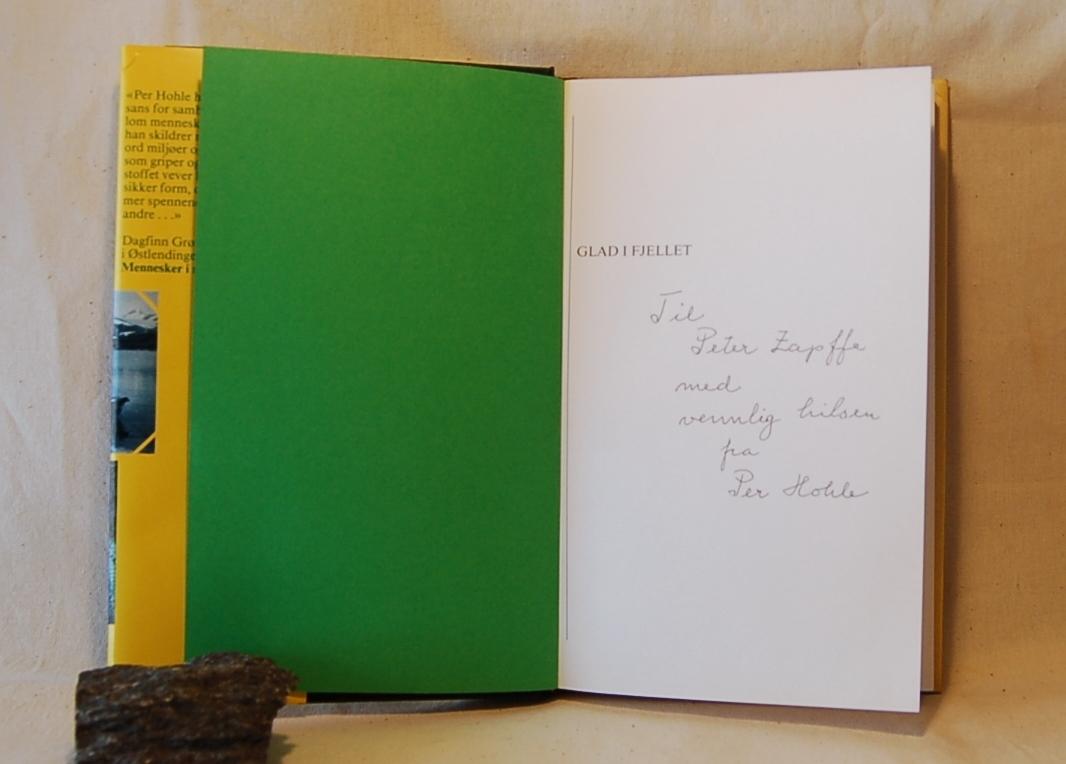 Filosofen Peter Wessel Zapffe og hans kone Berit testamenterte sin eiendom på Båstad i Asker til Universitetet i Oslo. Da det ble besluttet å selge eiendommen i 2009 ble deler av P.W. Zapffes arbeidsrom og andre eiendeler overlatt til Asker Museum. Denne samlingen inngår nå som en permanent utstilling på museet. Smussomslag, dedikasjon og notater.