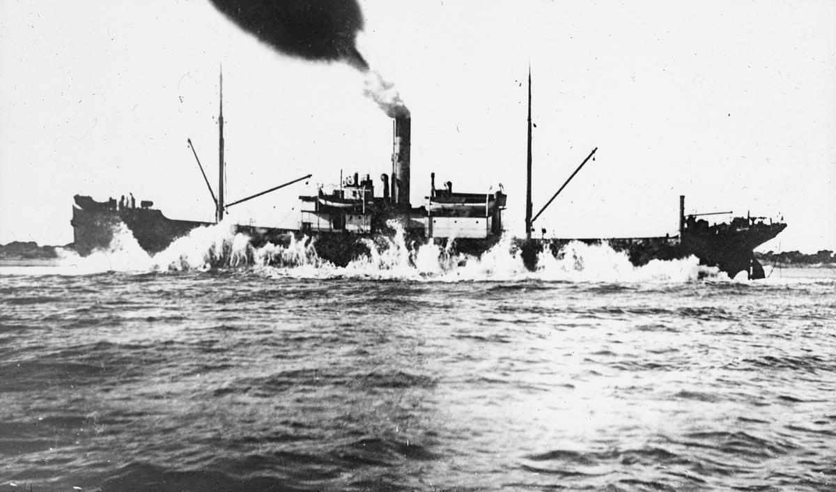 Dampskipet AGGA til havs. Hun grunnstøtte ved Spanias Middelhavskyst i 1922.