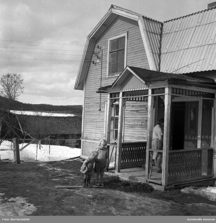 En serie bilder hemma hos en familj med två små flickor på en gård i Stavreviken.
