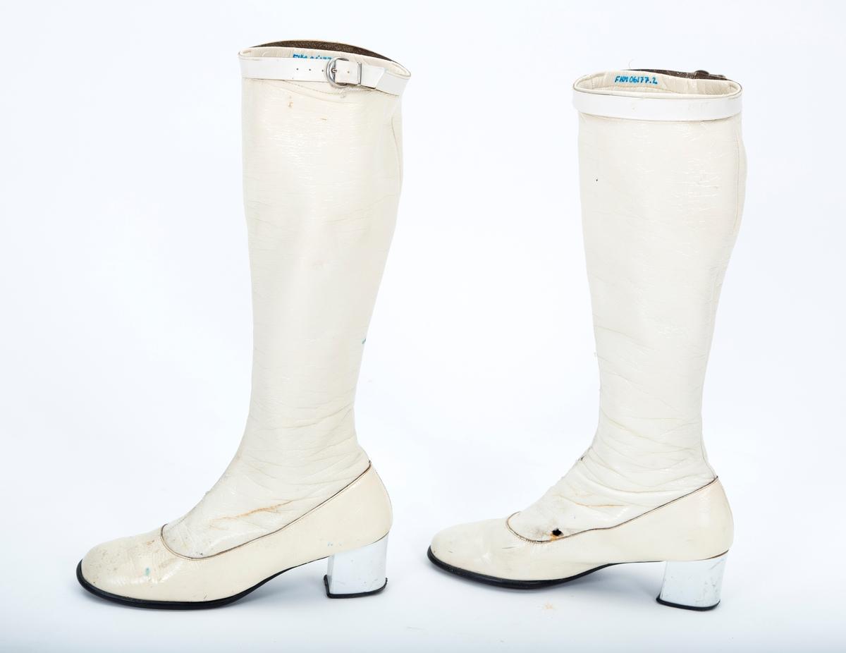 Knehøye tynne støvler. Lakk overflate. Rem øverst