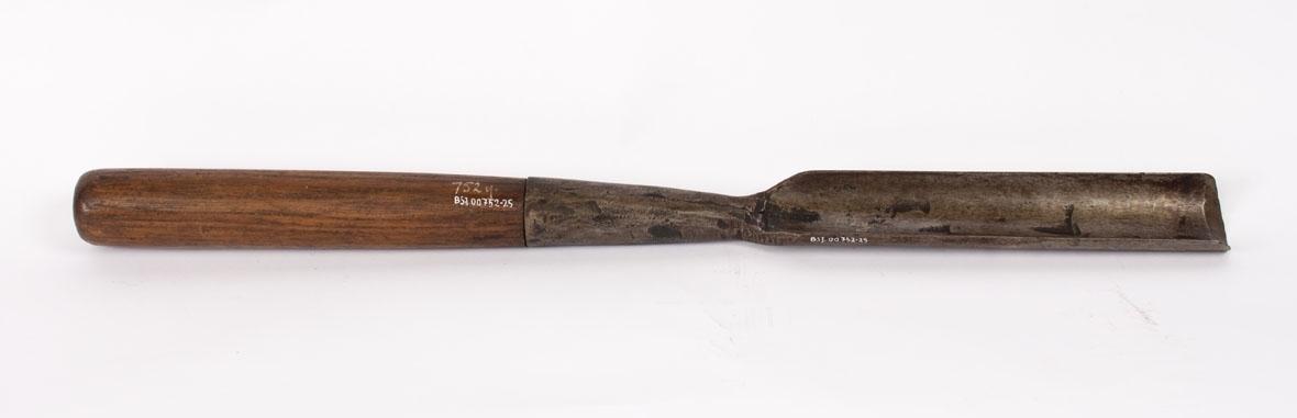 Skulp. Huljern består av løst treskaft og et skjærestål som er bueformet i tverrsnitt.